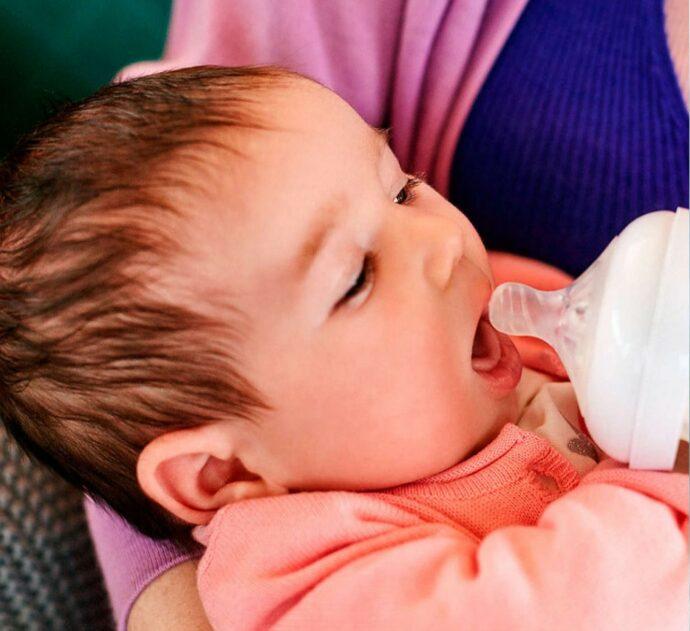 zu wenig muttermilch, baby mit flasche, flaschenfütterung