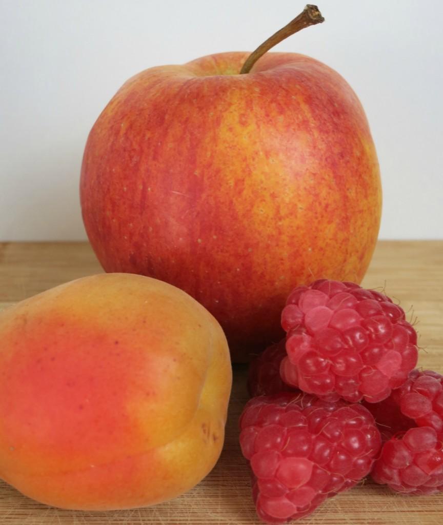 Zutaten für den Babybrei: Apfel, Aprikose & Himbeeren