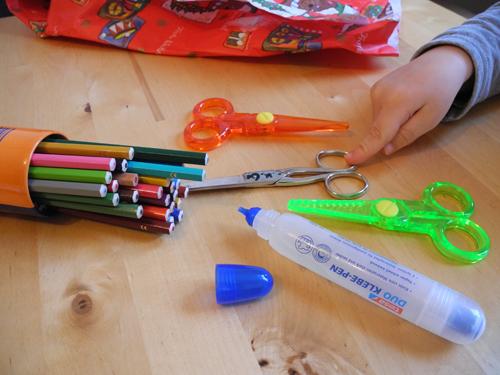 Stifte, Scheren, Kleber und Geschenkpapier