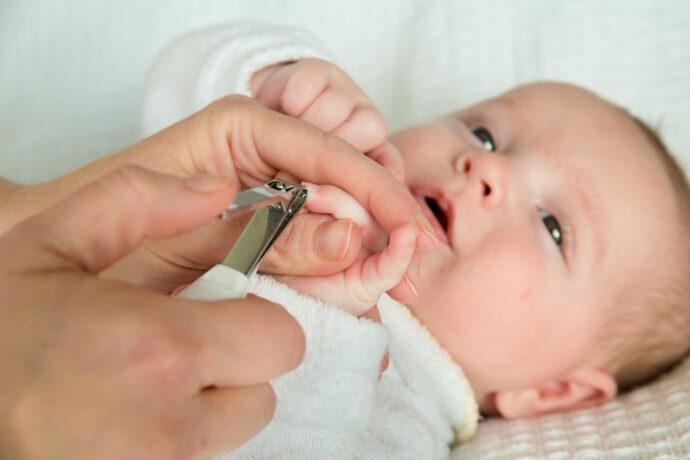 Nägel schneiden beim Baby