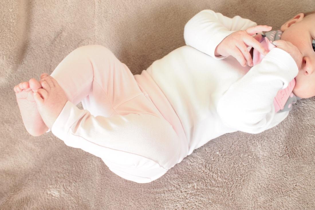 Baby kaut am Dreieckstuch