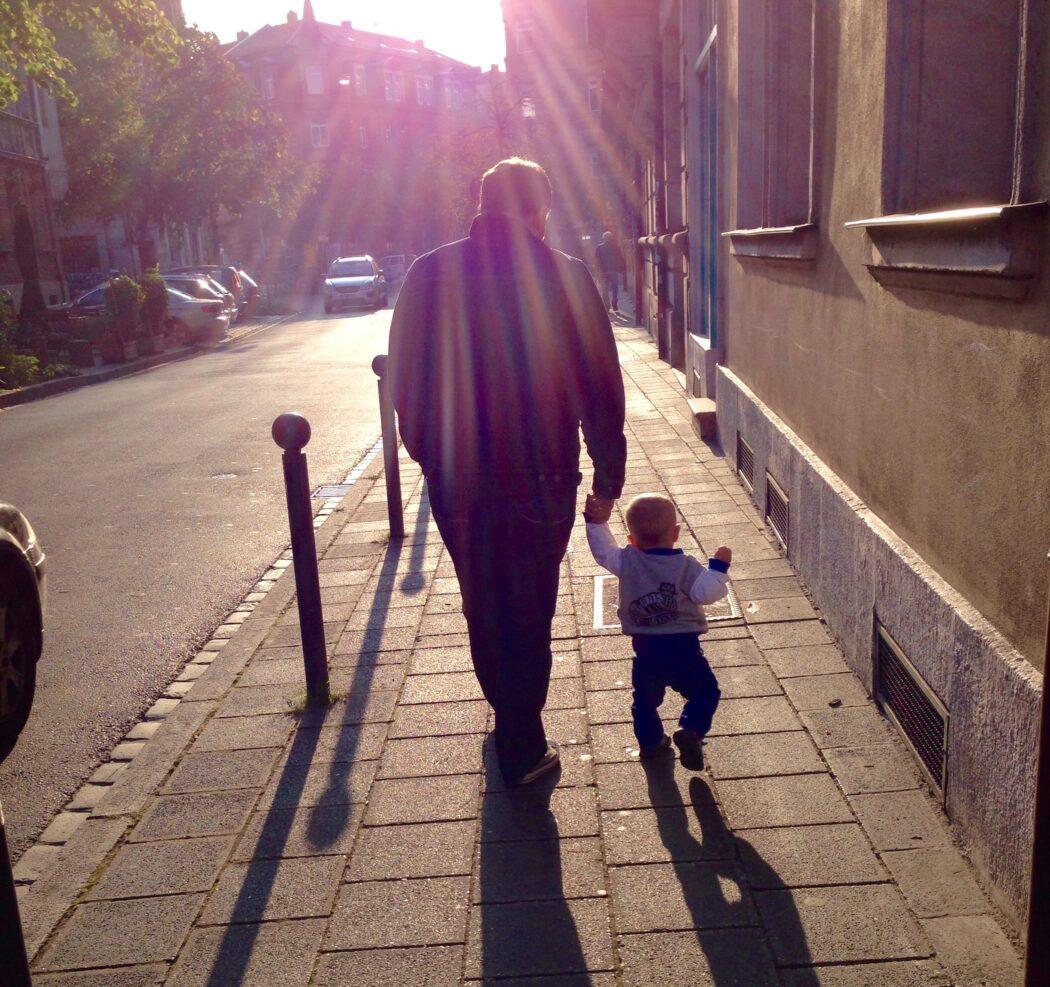Elternzeit Vater mit Kind