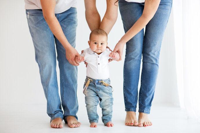 Baby lernt laufen