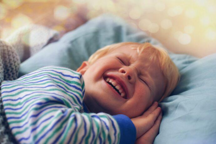 nachtschreck, albtraum, weinendes kleinkind im pyjama, nächtliches schreien