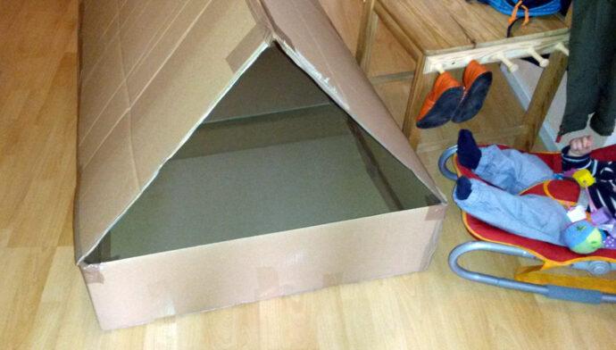 Hausboot aus Pappkarton