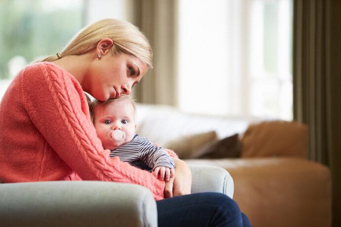 Getresste Mutter mit Baby