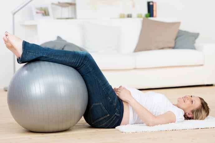 schwangere frau legt die beine hoch