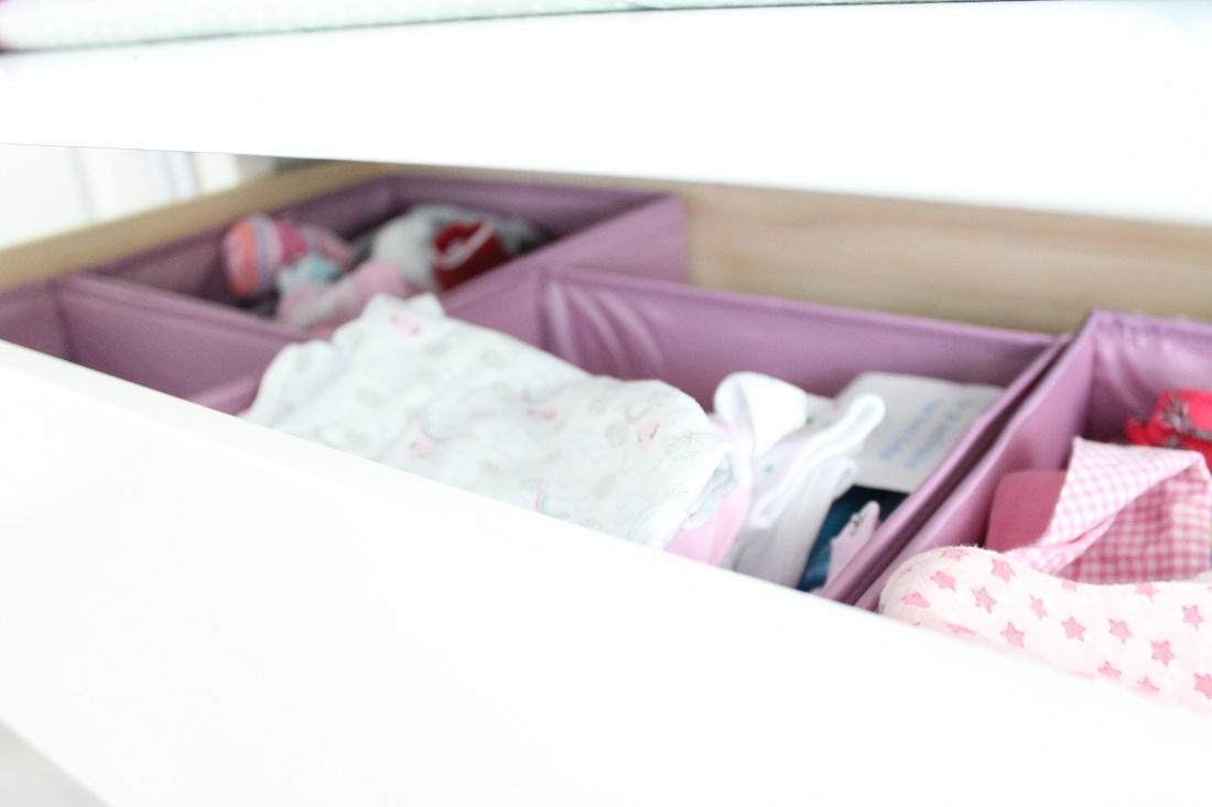 Body, Lätzchen und Socken in der Wickelkommode