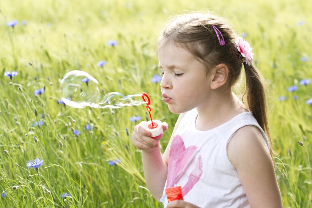 Kleinkind mit Seifenblasen
