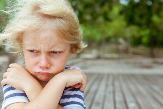 wütendes Kleinkind mag nicht in den Kindergarten