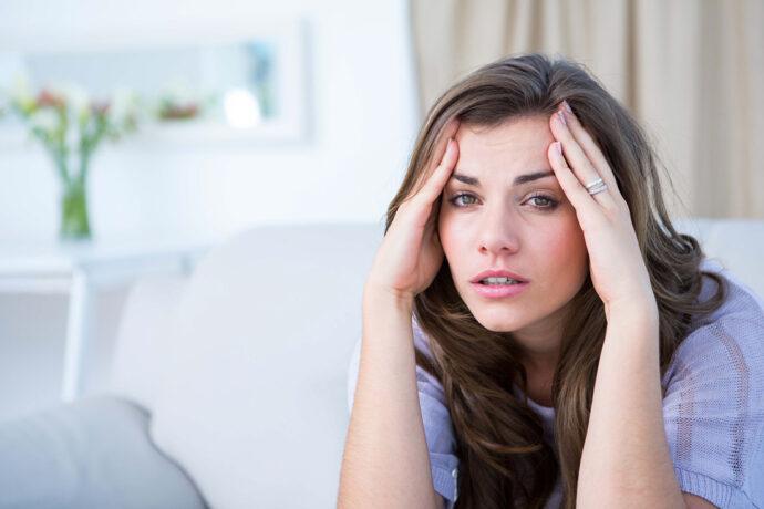 Frau mit Kopfschmerzen in der schwangerschaft