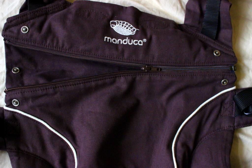 Manduca: Durch Öffnen der Schulterverlängerung ist auch das Köpfchen eines größeren Babys sicher gestützt.