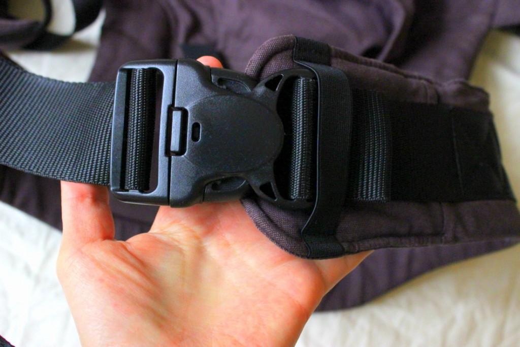 Sicherheitsmechanismen: Die Schnalle kann nur durch drücken an drei Punkten gelöst werden. alle Gurte sind nochmal durch eine Sicherheitslasche befestigt.