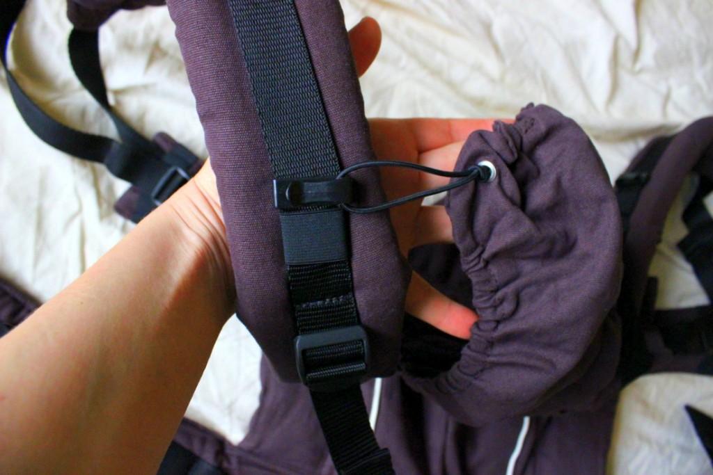 Mit einem einfachen Mechanismus wird die Kapuze sicher am Schultergurt befestigt.