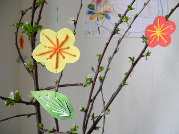 Blume mit Blatt am Osterstrauch