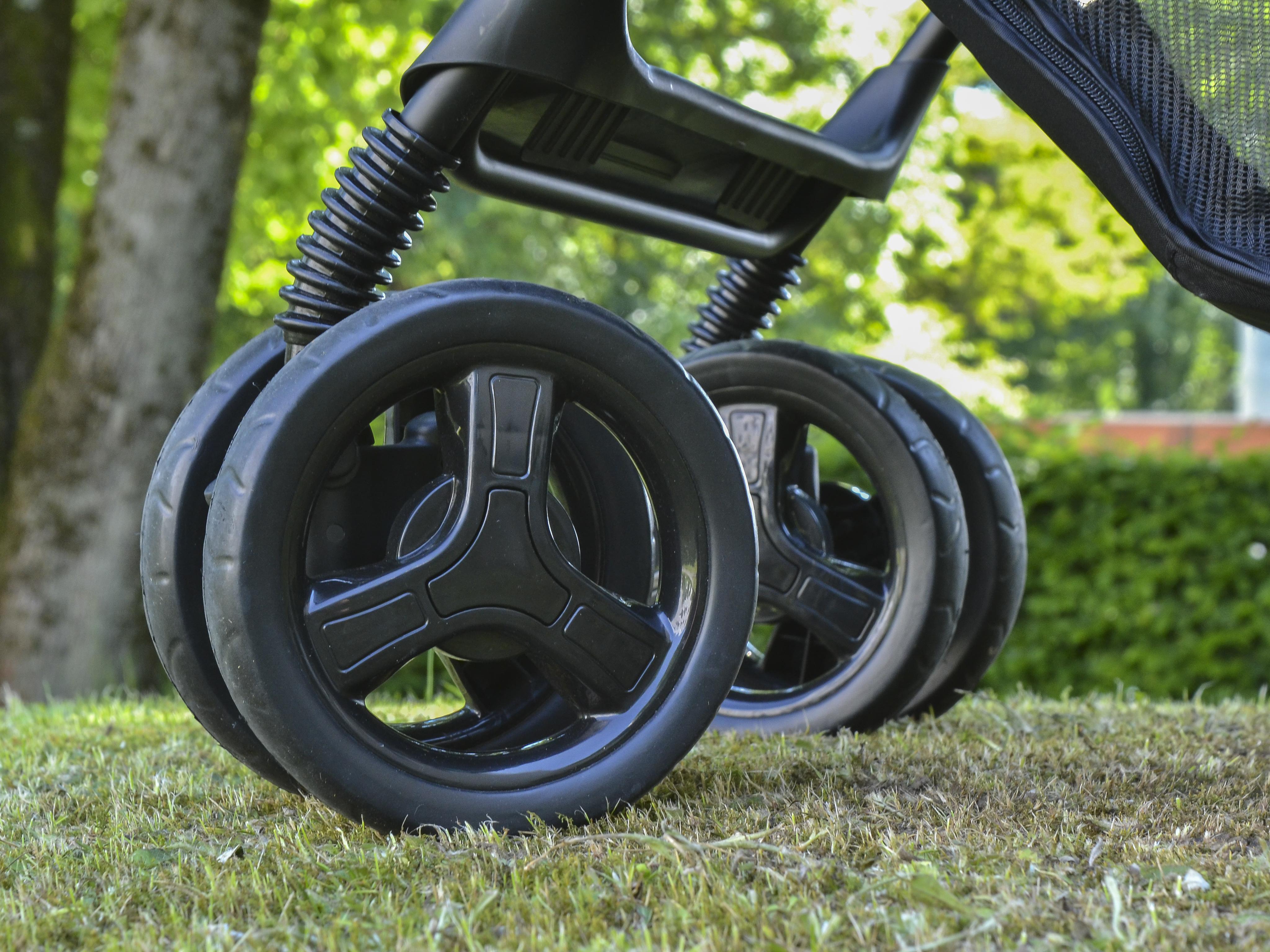 Schotter und Kopfsteinpflaster sind kein Problem, dank der schwenk- und feststellbaren Doppelräder.