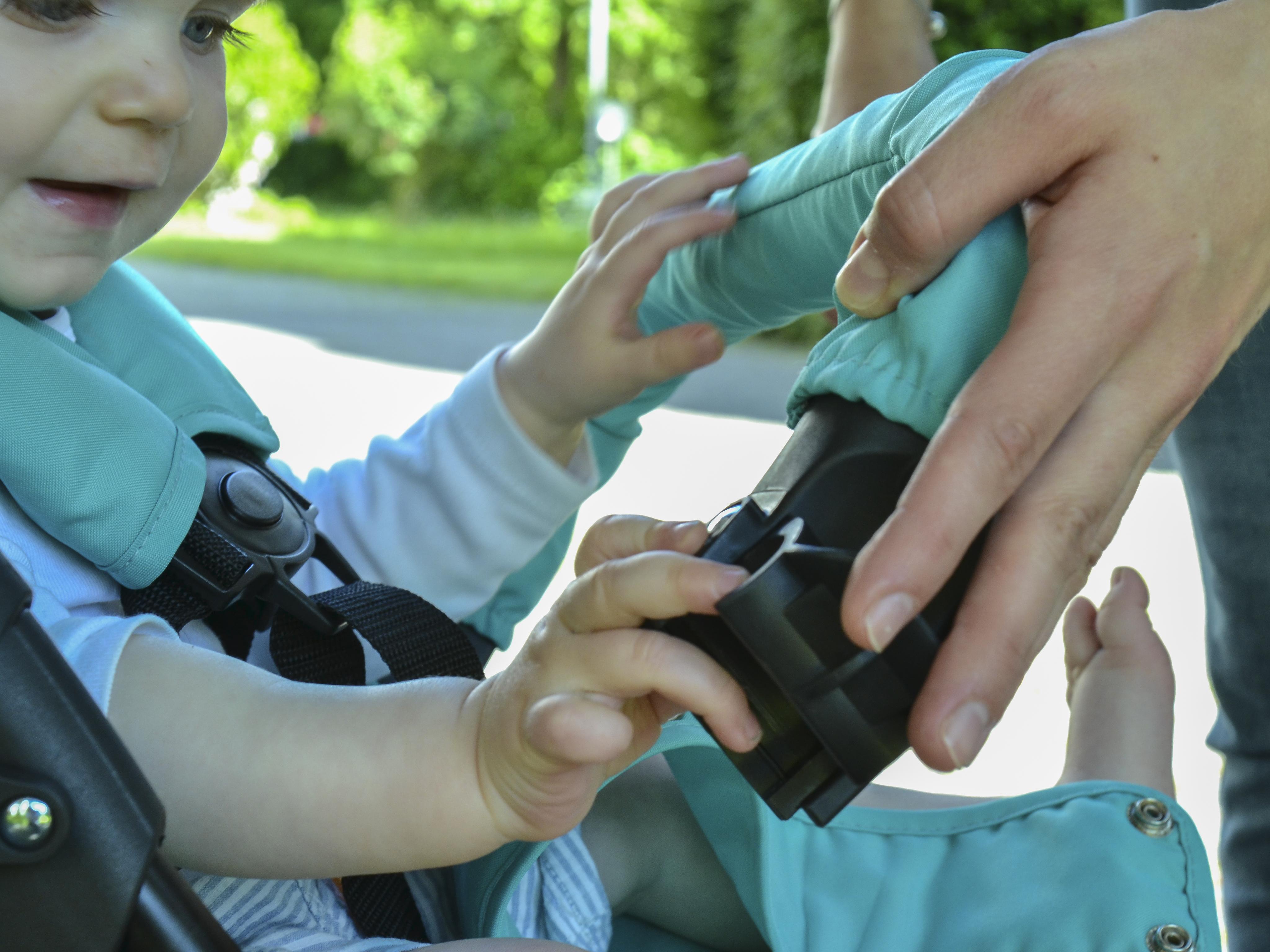 Der Sicherheitsbügel ist abnehmbar, dadurch kannst Du dein Kind einfacher aus dem Buggy nehmen.