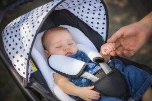 Schlafendes Baby im Kinderwagen