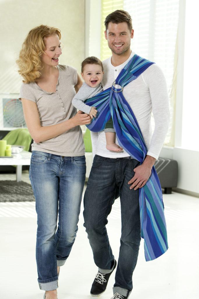 Eltern mit Kind im Sling Tragetuch