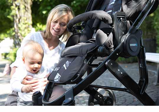 baby-spielt-mit-buggy
