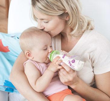 Kind trinkt aus Babyfläschchen