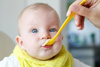 Füttern mit dem Babylöffel