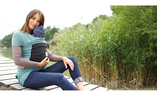 Mutter mit Baby im Tragetuch