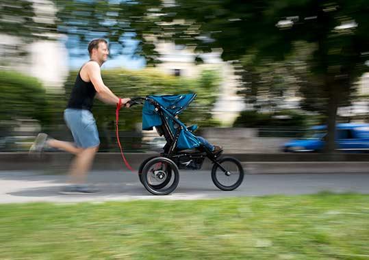 Mit welchem Kinderwagen kann man joggen gehen? Dieser Mann macht es vor.