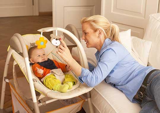 Baby liegt in höhenverstellbarer Liegeauflage eines Kombi-Hochstuhls.