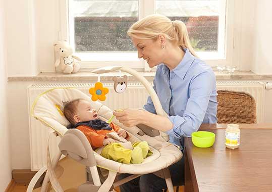 Welchen Hochstuhl für ein 4 Monate altes Baby man nutzen kann, liegt am Modell: Hochstuhl mit Babyliege und Baby.
