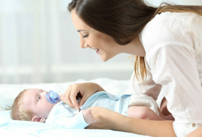 Baby anziehen, neugeborenes anziehen, baby richtig anziehen, babys anziehen tricks, babys anziehen sommer, babys anziehen winter, neugeborenes zuhause anziehen, baby weint beim anziehen