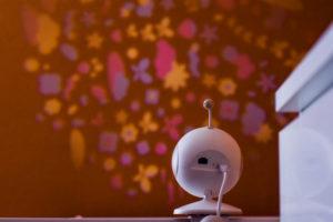"""Das Babyphone """"Pio"""" von Tattou mit Projektor."""
