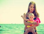 erster Sommer mit Baby Tipps, Baby im Sommer richtig anziehen, Sonnencreme für Babys