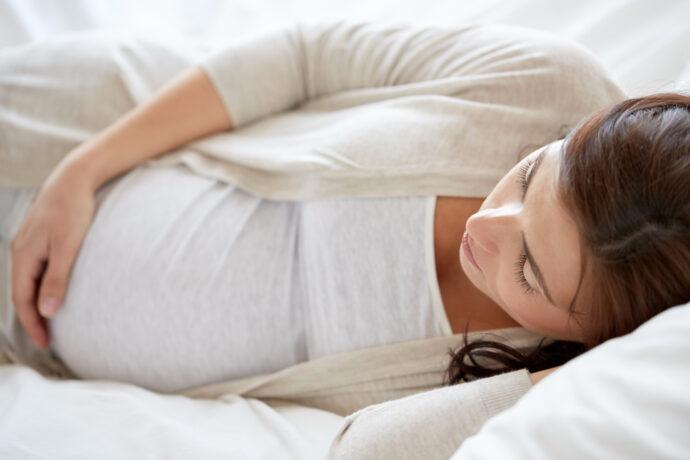 schlafposition schwangerschaft seitenlage rückenlage bauchlage schwanger schlafen auf dem rücken gefährlich