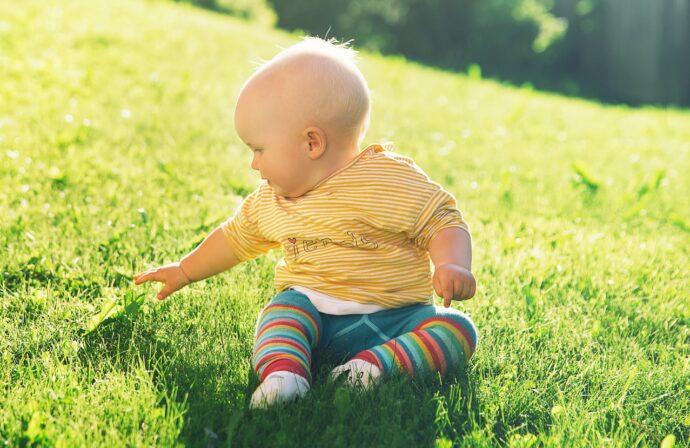 erster frühling mit baby, baby im frühling richtig anziehen, baby ostern