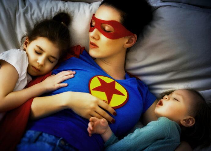 Zwei Kinder gleichzeitig ins Bett bringen, geschwister ins bett bringen, kleinkind und baby ins bett bringen alleinerziehend