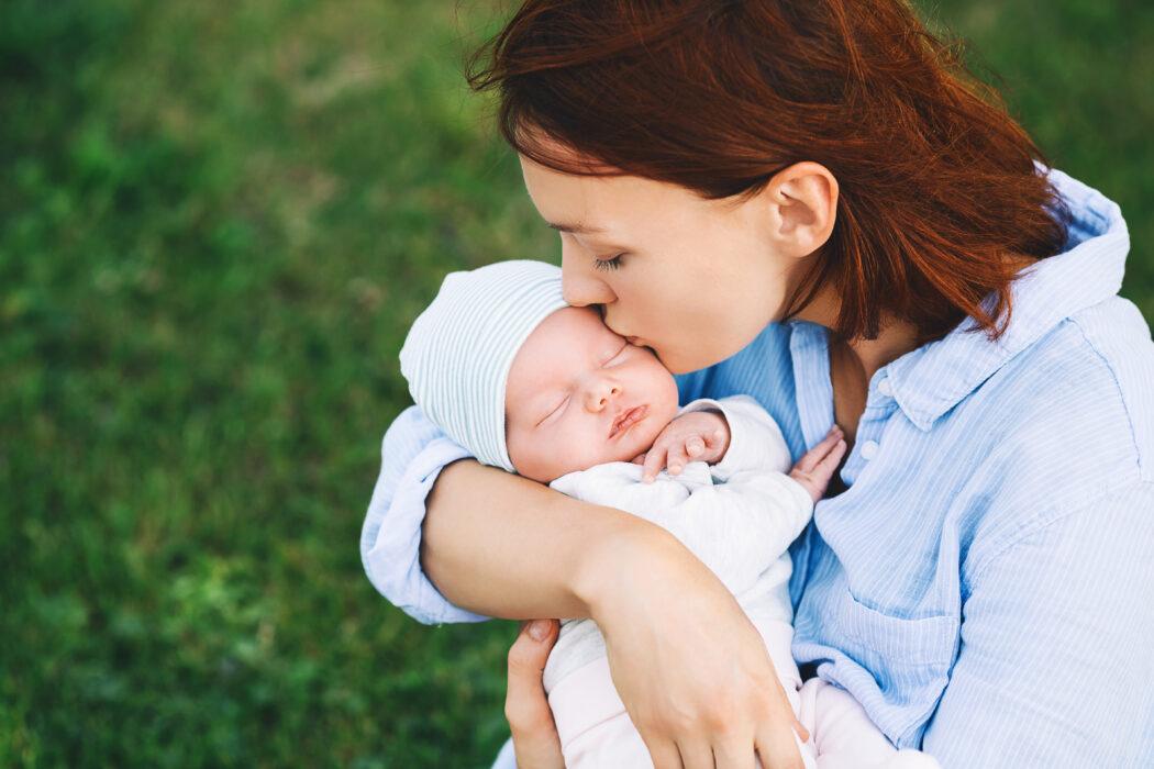 sommerbaby richtig anziehen sonnenschutz baby im sommer schützen stillen bei hitze