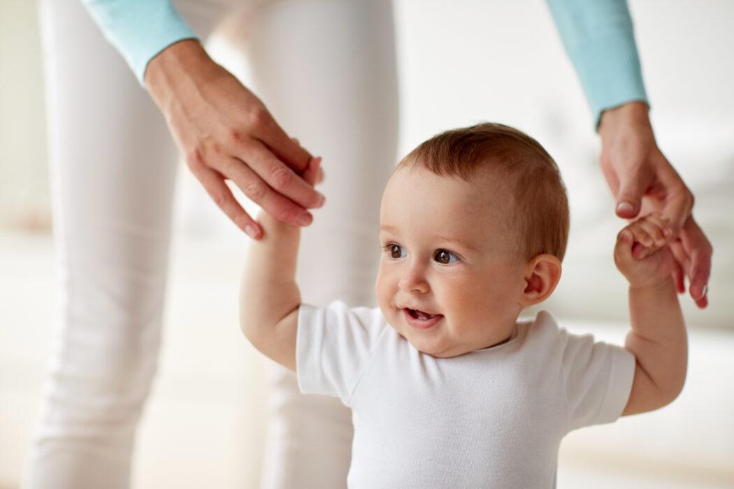 baby motorik fördern, motorische entwicklung baby laufen lernen unterstützen, drehen lernen unterstützen, sitzen lernen baby hinsetzen, lauflernwagen sinnvoll, gehfrei gefährlich