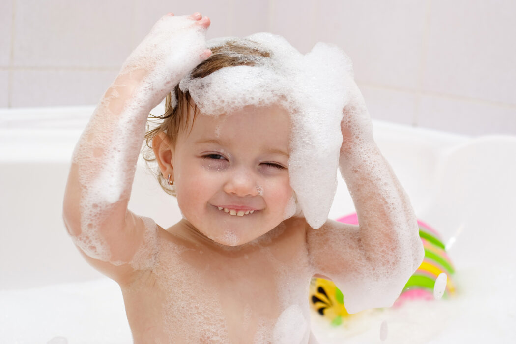 Kinder Haare waschen, Kleinkind Haare waschen, Haare waschen ohne Geschrei