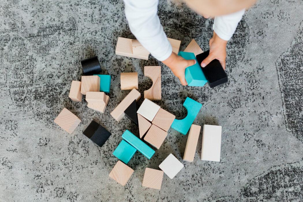 Holzbausteine von Kindsgut natur schwarz blau weiß Bausteine