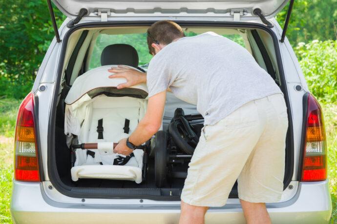 Passt Kinderwagen ins Auto in den Kofferraum