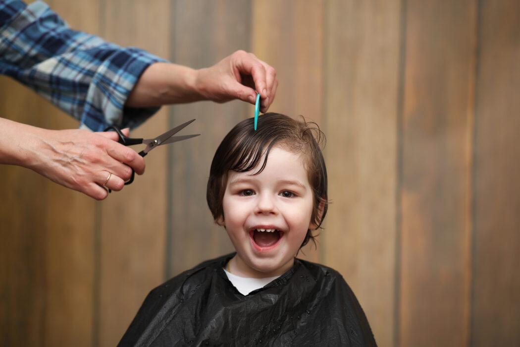 baby haare schneiden erster haarschnitt friseur kind