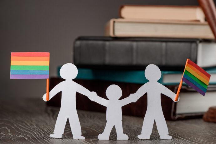 schwul homo gay baby kind wunsch adoptieren pflegekind regenbogen familie papa und papi