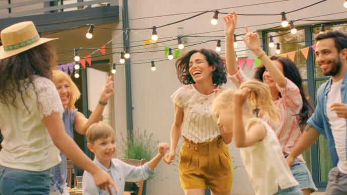 kinder spielen draußen im freien garten party feier draussen beschäftigen
