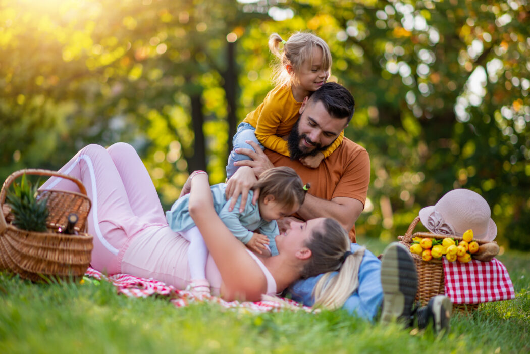 urlaub daheim balkonien picknick familie kinder