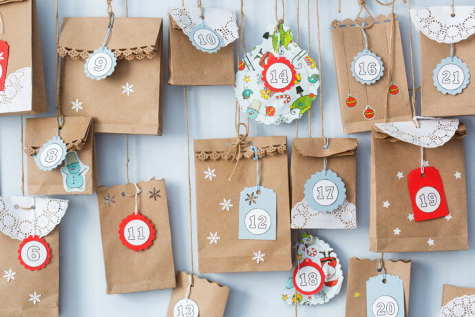 weihnachtlich verzierter adventskalender fuer schwangere aus papiertueten selber gemacht