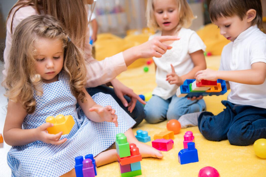 Kind spielt alleine im Kindergarten