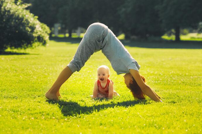yoga mit baby, herabschauender hund yoga baby, down dog baby