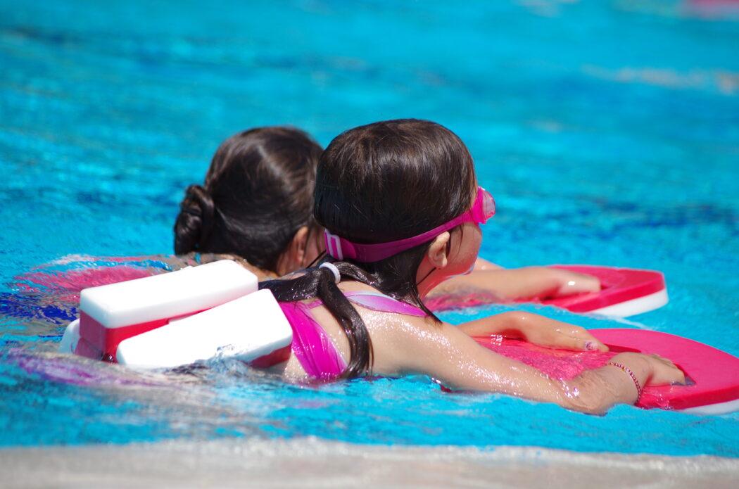schwimmen lernen, schwimmkurs, schwimmhilfen,