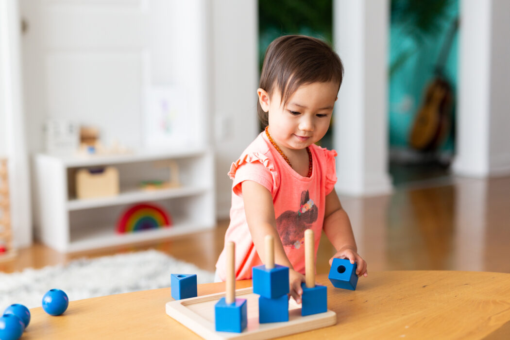 kleinkind spielt nicht alleine, kind spielt nicht alleine, kleinkind alleine beschäftigen, kind beschäftigt sich nicht selbst, wie bringt man ein kind dazu, sich allein zu beschäftigen